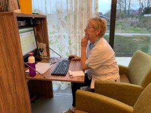Het kantoortje in de woonkeuken waar Corry Jentink de dossiers leest van woonzorgcentrum Marga Klompe.